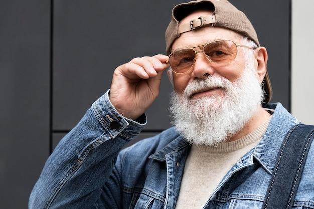 Портрет пожилого мужчины на открытом воздухе в городе