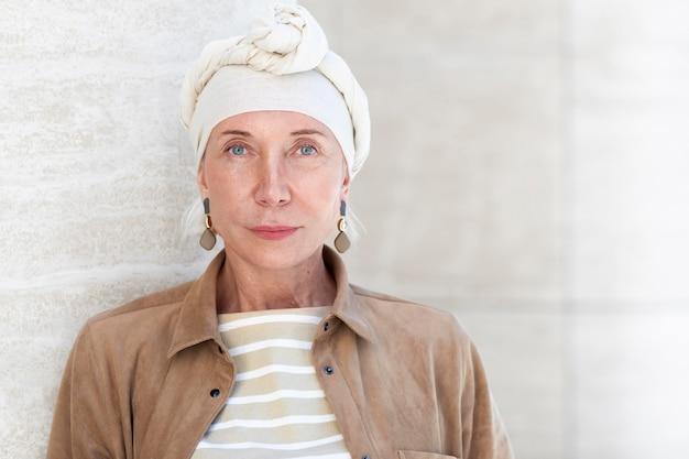 Портрет пожилой женщины на открытом воздухе в городе