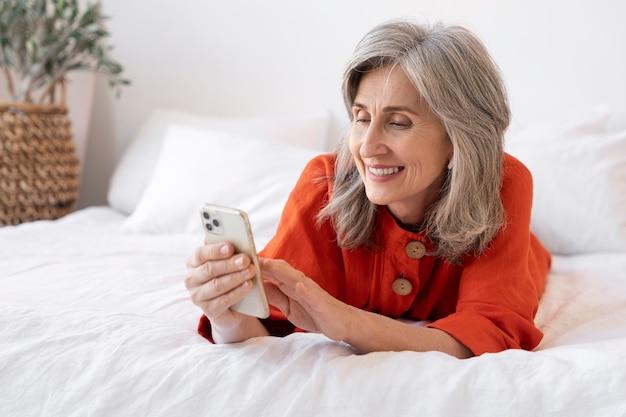 Портрет пожилой женщины с помощью смартфона