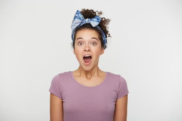 大喜びの女性の肖像画は幸せを感じ、大声で叫ぶと口を大きく開きます