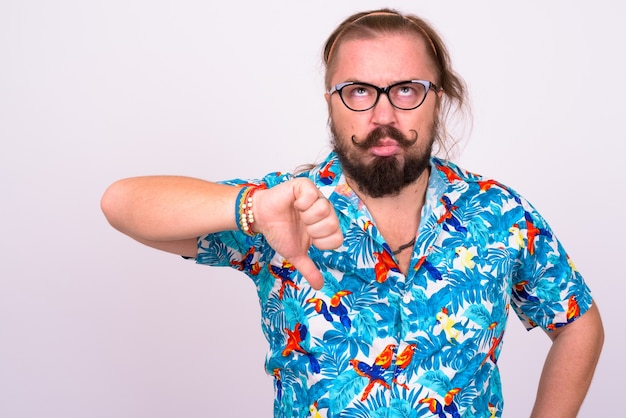 白い壁にアロハシャツを着て口ひげと長い髪の太りすぎのひげを生やした観光男性の肖像画