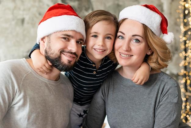 Портрет родителей и ребенка вместе на рождество