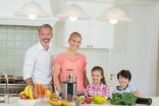 Портрет родителей и их двоих детей, стоящих на кухне