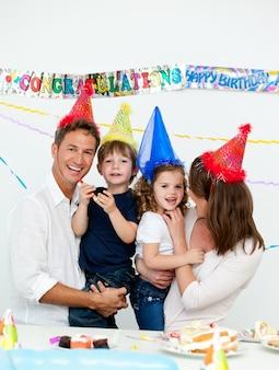Портрет родителей с детьми во время празднования дня рождения