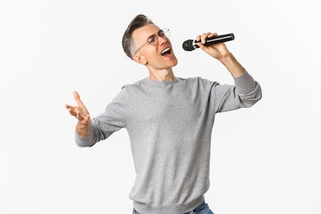 マイクでセレナーデを歌う情熱的な中年男性の肖像画