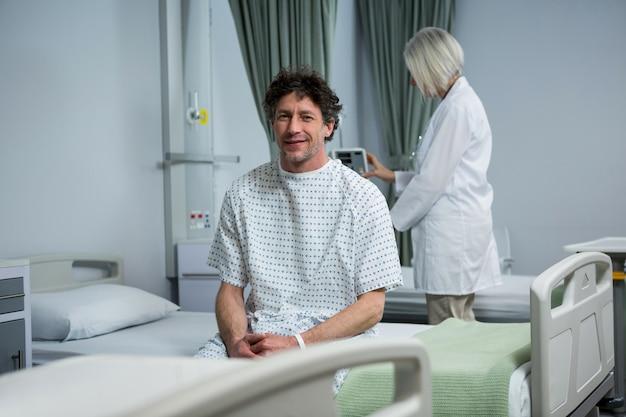 Портрет пациента, сидящего на кровати в палате