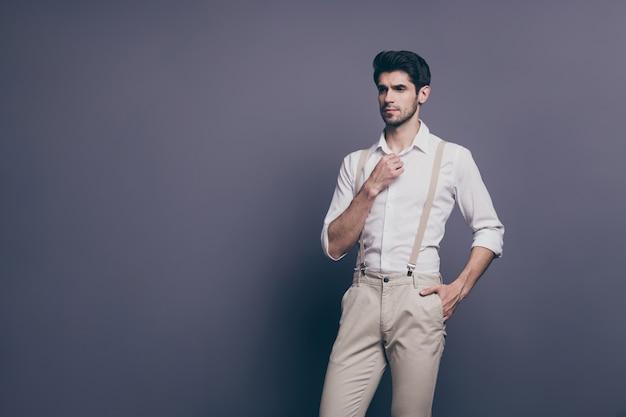 Портрет задумчивого мечтательного парня, идеальный мужчина, хорошо выглядеть, копировать пространство, отрегулировать его кнопку на классической рубашке.