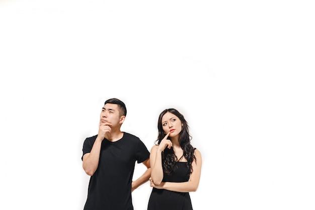 白で隔離される物思いにふける韓国のカップルの肖像画