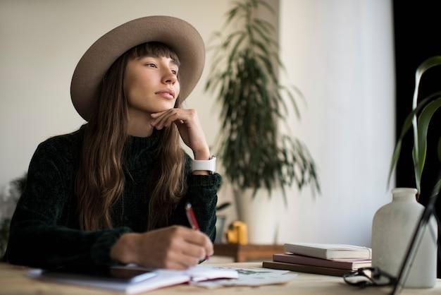 Портрет задумчивый писатель ищет вдохновения, мозговой штурм. фрилансер работает из дома