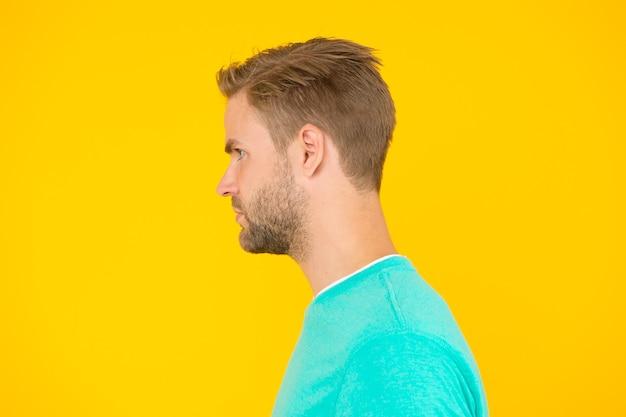 완벽함의 초상. 남성 이발사 케어. 남자의 아름다움. 머리카락과 수염 관리. 카리스마 넘치는 마초맨 프로필 룩. 남자 섹시하고 세련된 강모. 잘 생긴 남자 면도하지 않은 얼굴입니다. 섹시 한 남자 노란색 배경입니다.