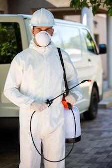 Портрет борца с вредителями стоит рядом с фургоном