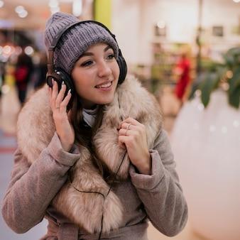 Портрет фотогеничной женщины с heaphones в торговом центре0