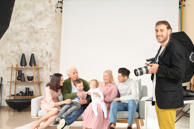 スタジオで家族と一緒に働く写真家の肖像画