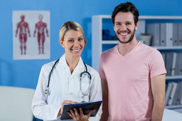 Портрет физиотерапевта и пациента мужского пола