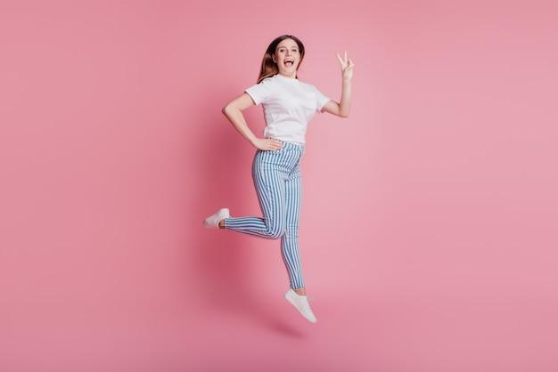 空中でジャンプする遊び心のある狂った少女の肖像画急いで実行セールショッピングシーズン