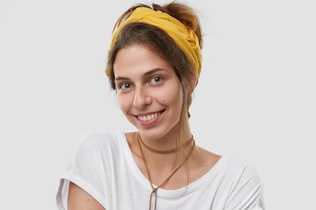 顔に優しい笑顔で、見栄えの良い白人女性の肖像画は、暗い櫛の髪、健康な肌を持っています
