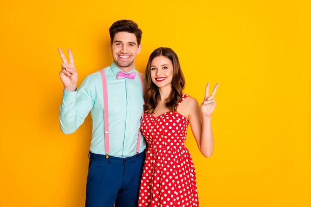Портрет позитивной веселой очаровательной пары мужчина женщина объятие make vsign