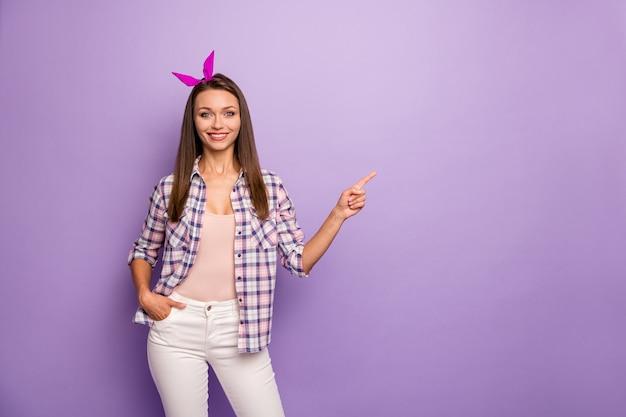 Портрет позитивной веселой крутой девушки, промоутер указывает указательный палец copyspace