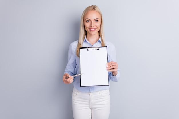 긍정적 인 명랑 소녀 회사 소유자의 초상화 잡고 클립 보드 직접 펜