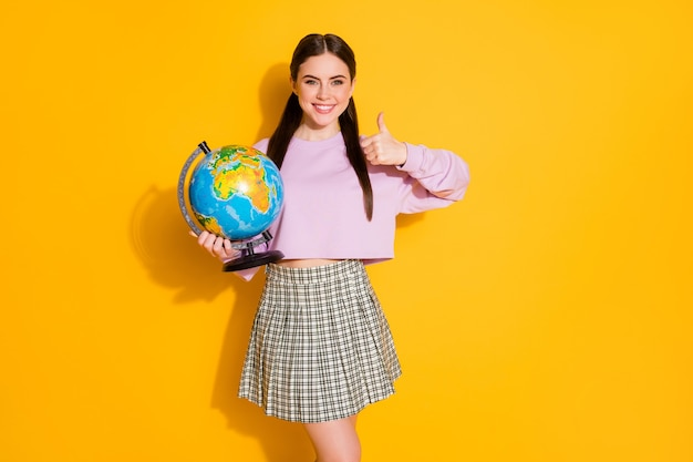 ポジティブで陽気な女の子の肖像画は、地球を保持し、生態学を学ぶことをお勧めします