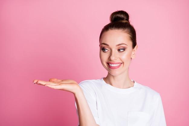Портрет позитивной жизнерадостной девушки, держащей руку, демонстрирует рекламный промо-образ, предлагающий выбрать