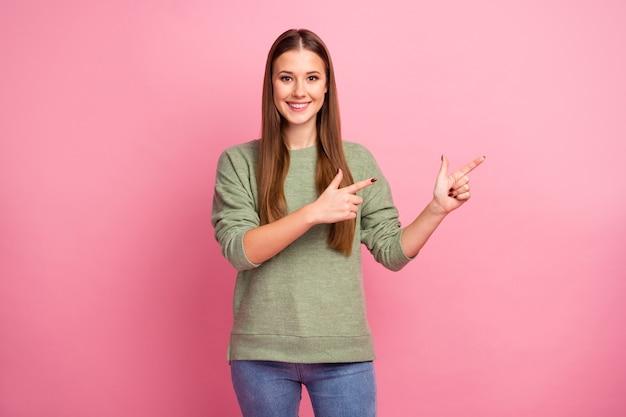 긍정적 인 명랑 소녀 포인트 검지 손가락의 초상화를 보여줍니다