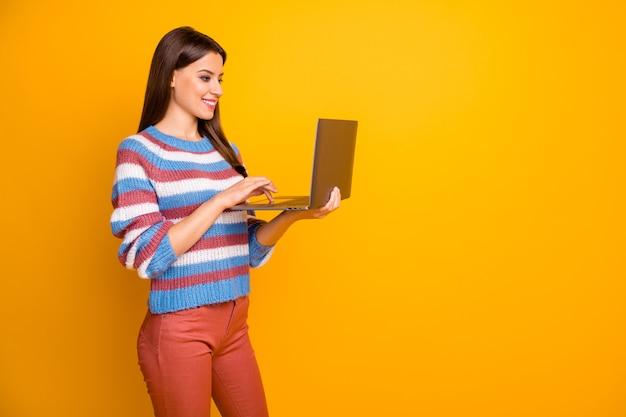 Портрет позитивной жизнерадостной девушки, работающей на компьютере