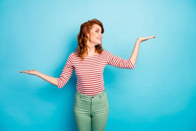Портрет позитивной жизнерадостной женщины, взявшись за руки, решите, какую рекламу выбрать, предложить носить пуловер в стиле кэжуал, выделенный синим цветом