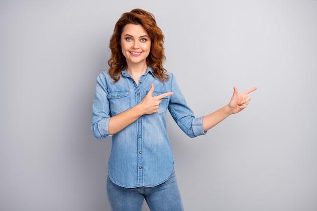 긍정적 인 자신감 멋진 여자 발기인 포인트 검지 copyspace 현재 광고 프로모션의 초상화는 회색 벽 위에 고립 된 선택 할인 착용 세련된 복장을 제안하는 것이 좋습니다