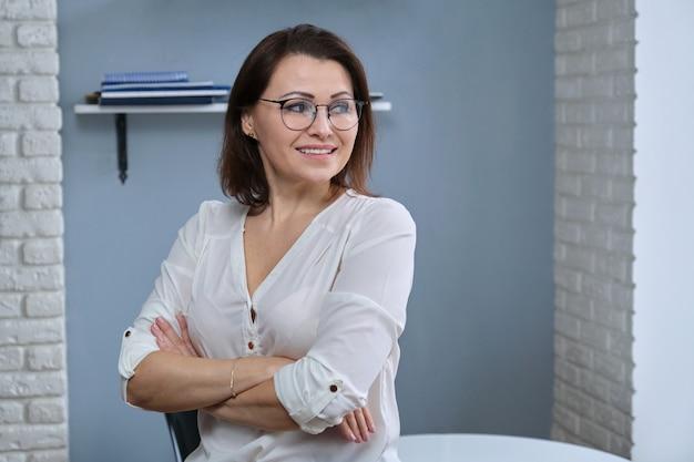 접힌 팔, 여성 의사, 정신과 의사, 심리학자, 사무실에서 근무하는 치료사, 웃는 여성, 복사 공간과 긍정적 인 자신감 성숙한 여자의 초상화