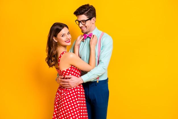 Портрет позитивной пары девушки исправить своего парня галстук-бабочку