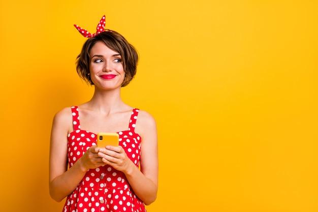 Портрет позитивной девушки-блоггера, использующей смартфон