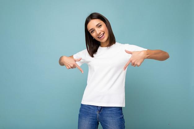 성실한 감정을 입고 긍정적 인 행복 웃는 젊은 여자의 초상화