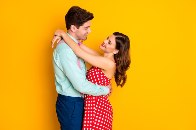 Портрет положительной страстной пары мужчина женщина обниматься концепция любви