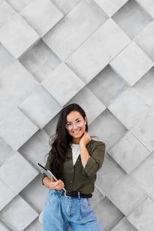 Портрет позитивного молодая женщина позирует