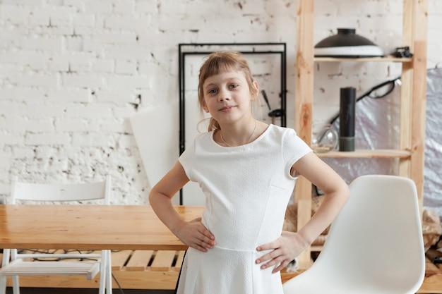 테이블의 배경에 8 세 예쁜 금발 소녀의 초상화