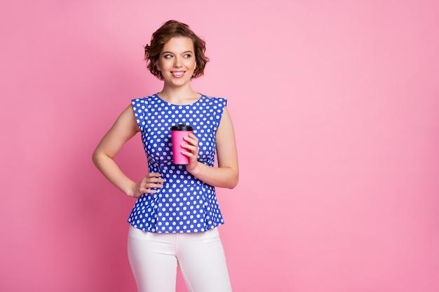 Портрет довольно веселой любопытной девушки, пьющей горячее какао