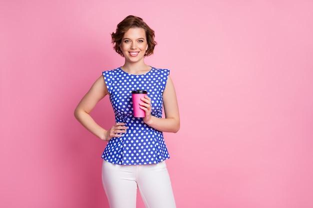 Портрет довольно довольной веселой радостной девушки, пьющей латте