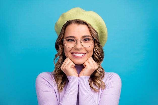 Портрет довольно милой девичьей прекрасной девушки на стене бирюзового цвета