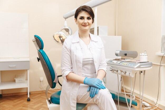 구강 내에서 예쁜 치과의사의 초상화.