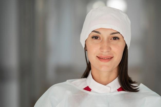 Портрет симпатичного врача в больнице