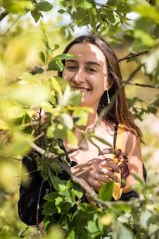 秋の茂みの近くのかわいいファッションの女の子の肖像画、自然でお楽しみください