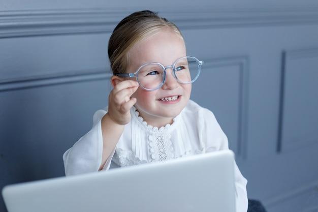 眼鏡をかけているかわいい女の子の肖像画