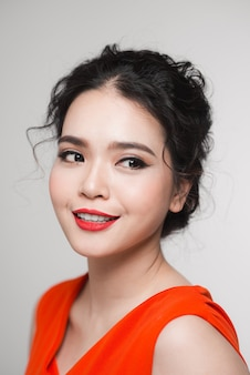 관능적 인 붉은 입술과 아름다운 얼굴을 가진 예쁜 여자의 초상화