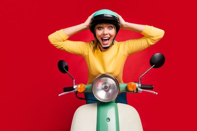 꽤 기쁜 명랑 소녀 운전 오토바이 흥분 미친 얼굴의 초상화