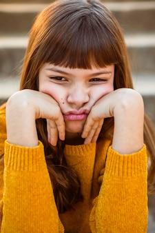 지루해하는 예쁜 소녀의 초상화
