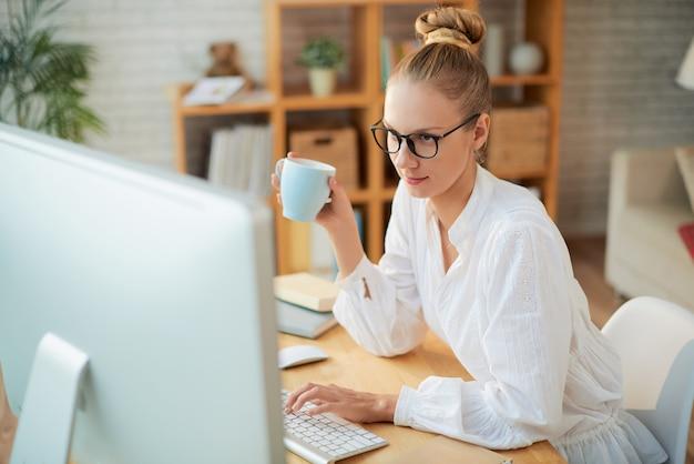 Портрет симпатичного программиста на работе