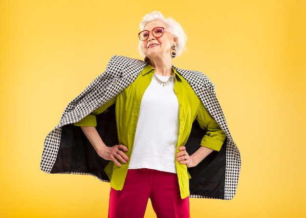 ポーズをとるかなり年配の女性の肖像画
