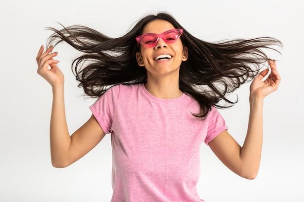 분홍색 셔츠와 세련된 선글라스, 하얀 치아, 긍정적 인 포즈 절연, 긴 머리에 꽤 웃는 감정적 인 여자의 초상화