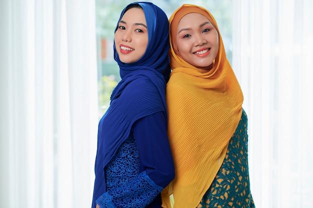かなり笑顔のイスラム教徒の女性の肖像画